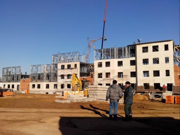 Монтаж четырехэтажного жилого здания из металлический конструкций
